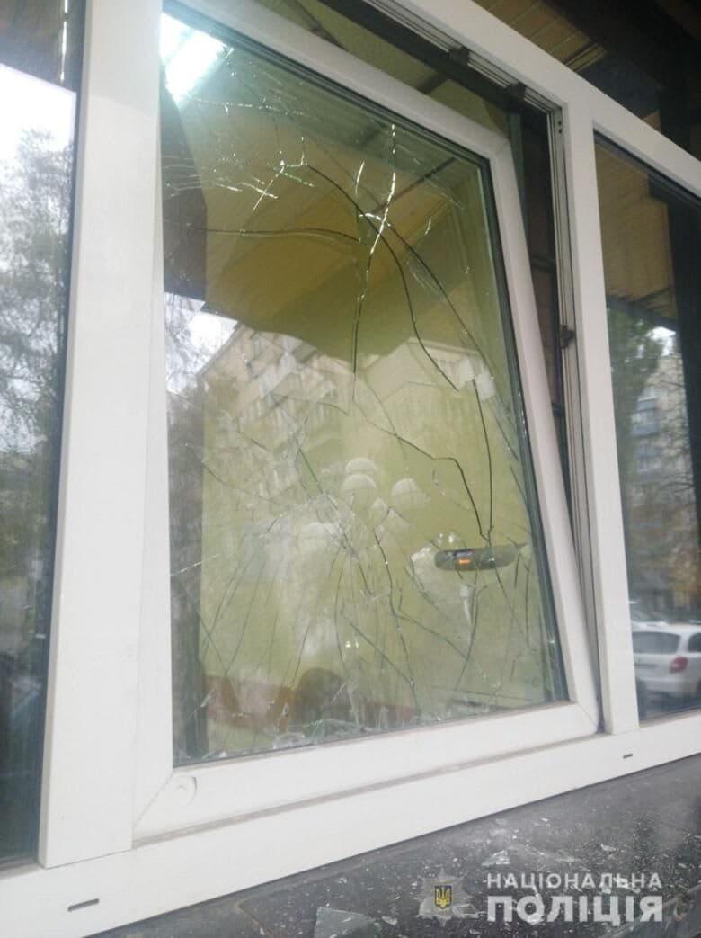 Разбитое окно в прокуратуре