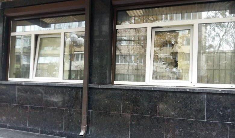 Разбитое в прокуратуре окно