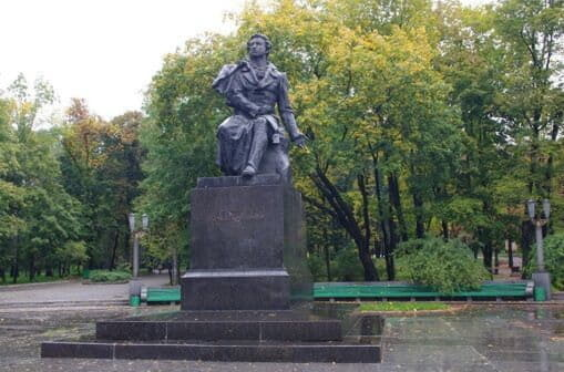 В парке им. Пушкина покрасили дизайнерские лавки