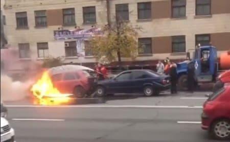 В результате ДТП на проспекте Лобановского загорелся автомобиль