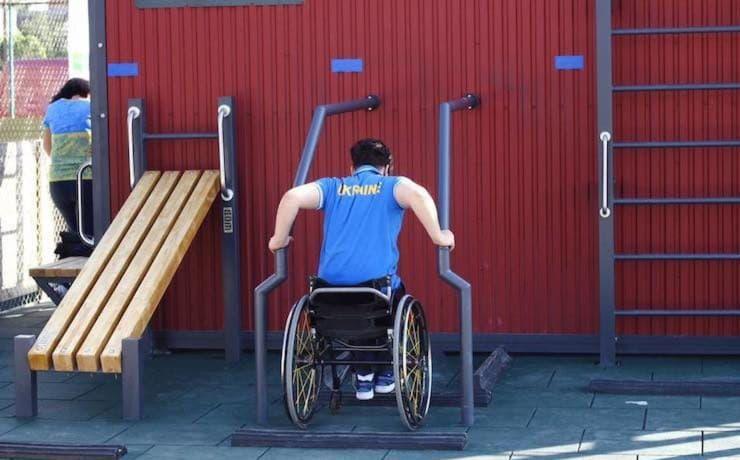 В Голосеевском парке обустроили спортивную площадку для людей с инвалидностью