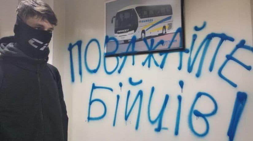 Радикалы провели акцию против перевозчиков на центральном автовокзале Киева