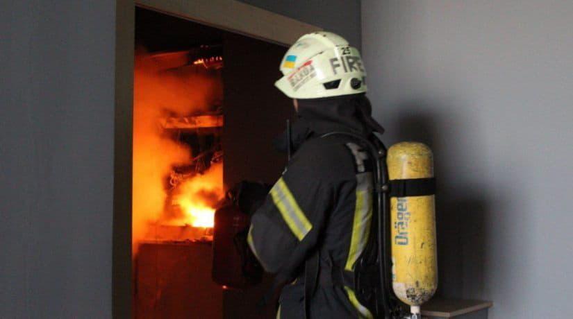 В жилом доме на проспекте Героев Сталинграда загорелся кабель с пятого до последнего этажа