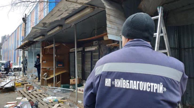 Коммунальщики демонтировали торговый ряд на оптовом рынке возле центрального железнодорожного вокзала