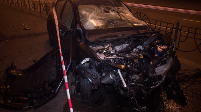 В Днепровском районе Renault Megane пролетел через подземный переход и врезался в столб