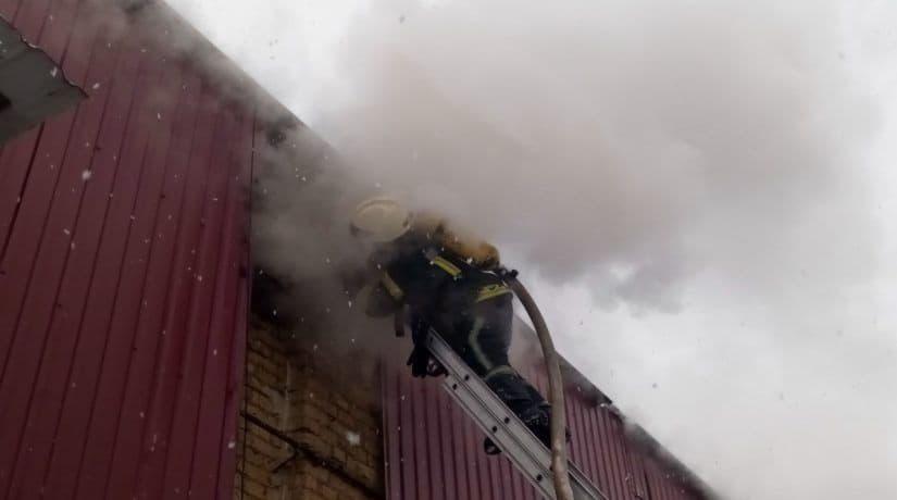 Спасатели почти шесть часов тушили пожар на складе в Оболонском районе