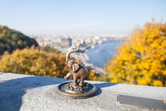 Вандалы украли мини-скульптуру слоника возле Арки дружбы народов