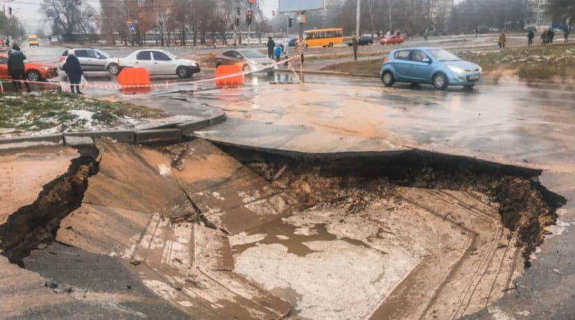 На улице Семьи Сосниных образовался провал на дороге