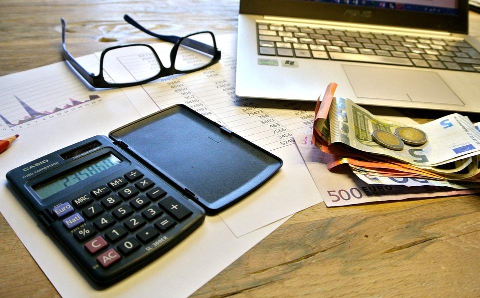 калькулятор, очки, деньги