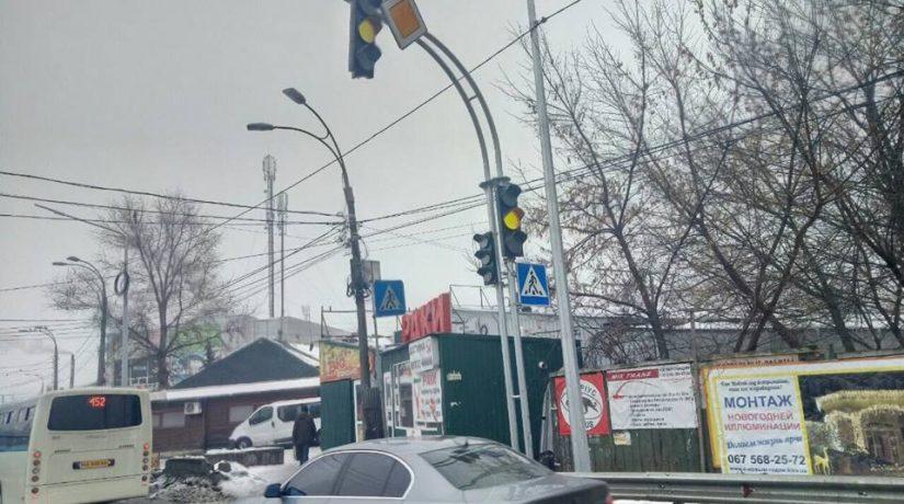 Движение транспорта и пешеходов возле станции метро «Славутич» упорядочено связи с запуском светофора