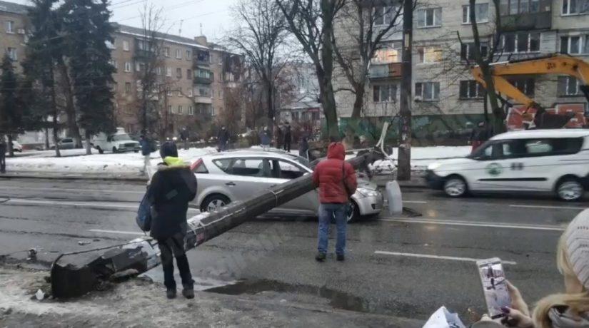 Возле Куреневского рынка на автомобиль упал столб и перегородил дорогу