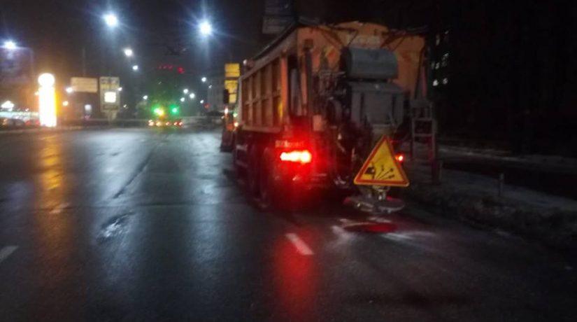 Спецтехника «Киевавтодора» обрабатывает улицы и дороги противогололедными материалами