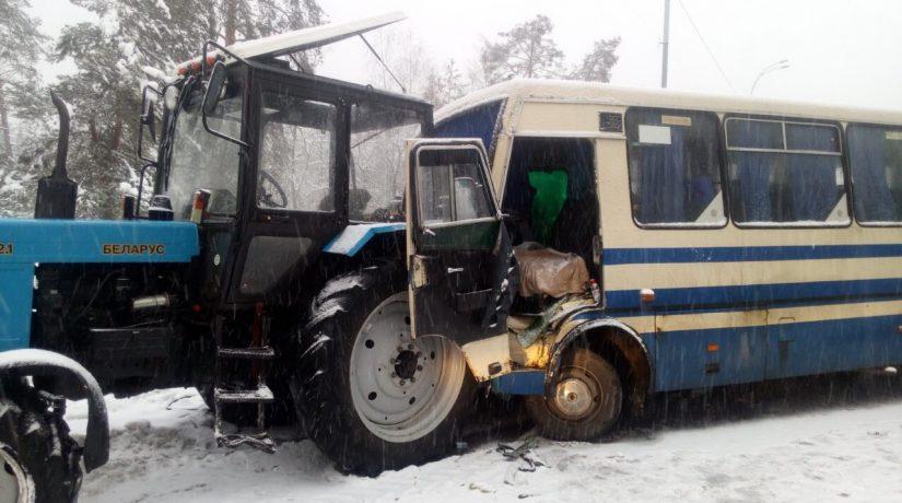 На Старообуховской трассе маршрутка с пассажирами протаранила трактор с бревнами, есть пострадавшие