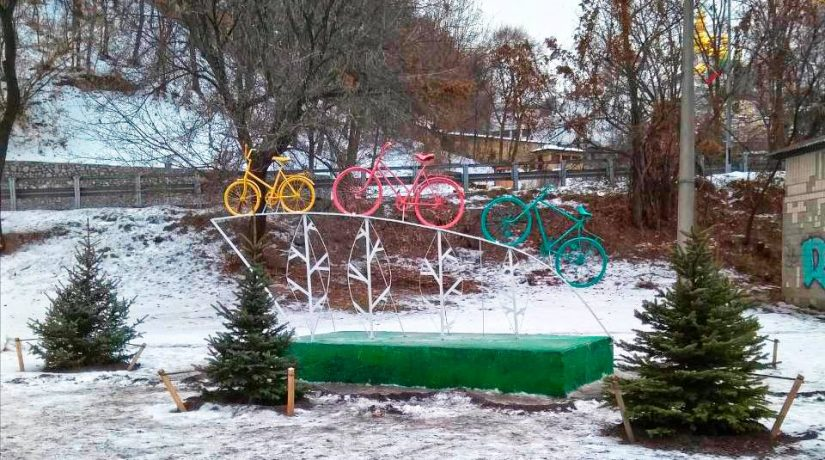 В Печерском районе появилась арт-инсталляция «Велосемья»