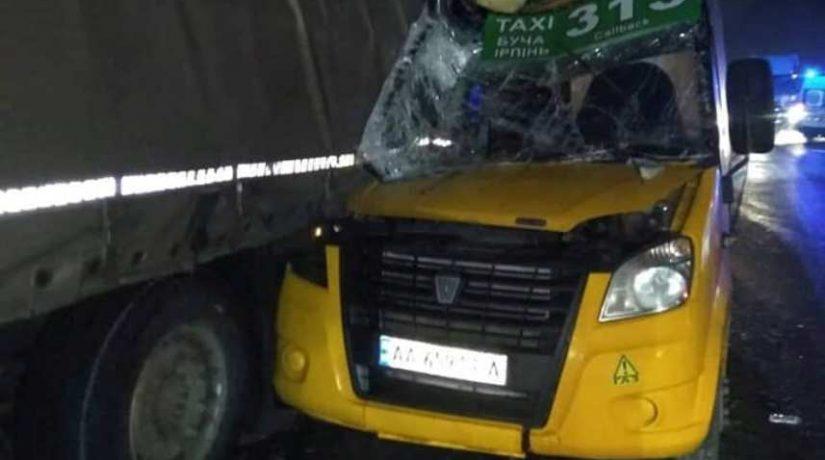 На Гостомельской трассе затор из-за столкновения маршрутки и грузовика, есть пострадавшие