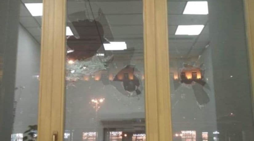 Задержан мужчина, разбивший окно в здании КГГА за отказ в восстановлении документов
