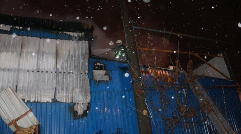 В Днепровском районе сгорел магазин-склад стройматериалов