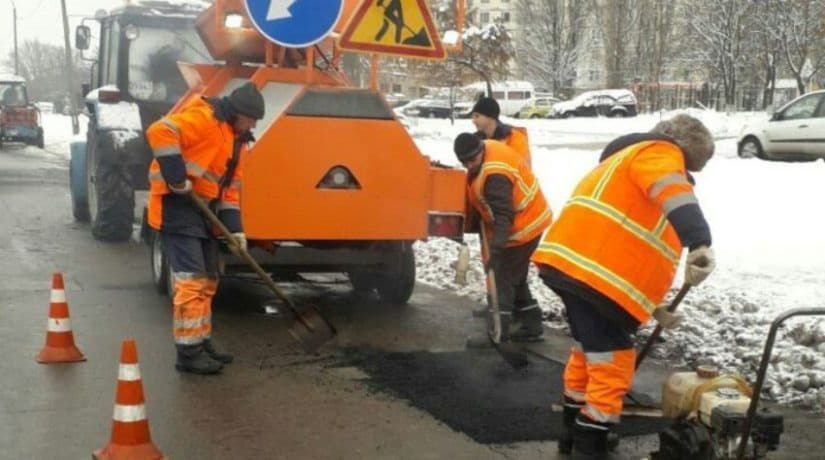 Во время холодов дороги ремонтируют с помощью современных мобильных установок