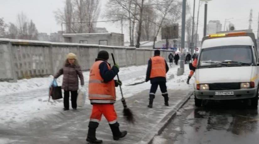 Малогабаритная техника и 470 работников «Киевавтодора» обрабатывают дороги и тротуары противогололедными материалами