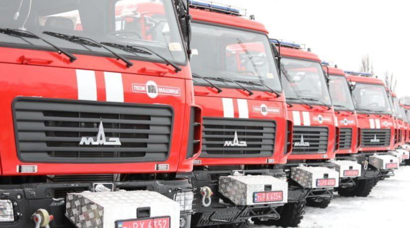 Украинские спасатели получили новые пожарные машины и вертолет