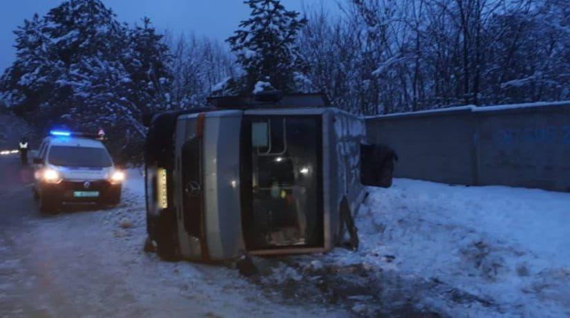 Под Киевом перевернулась маршрутка с 30 пассажирами