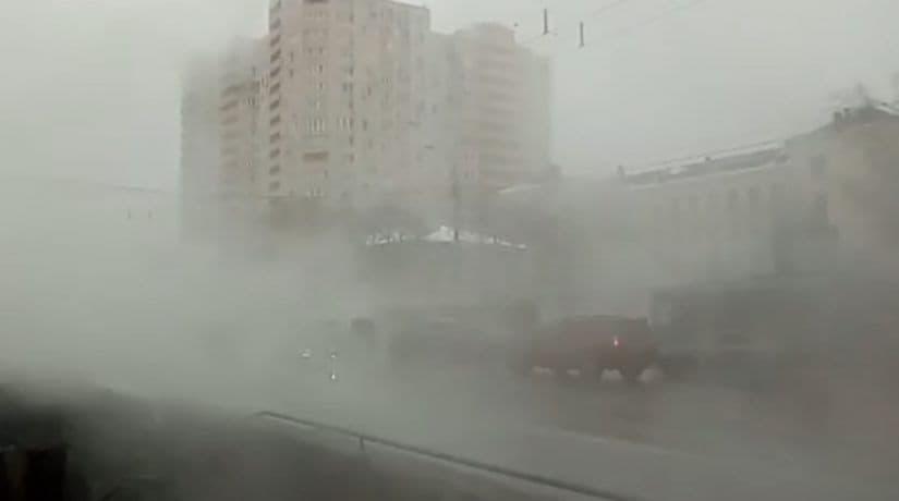 На проспекте Лобановского прорвало трубу с горячей водой