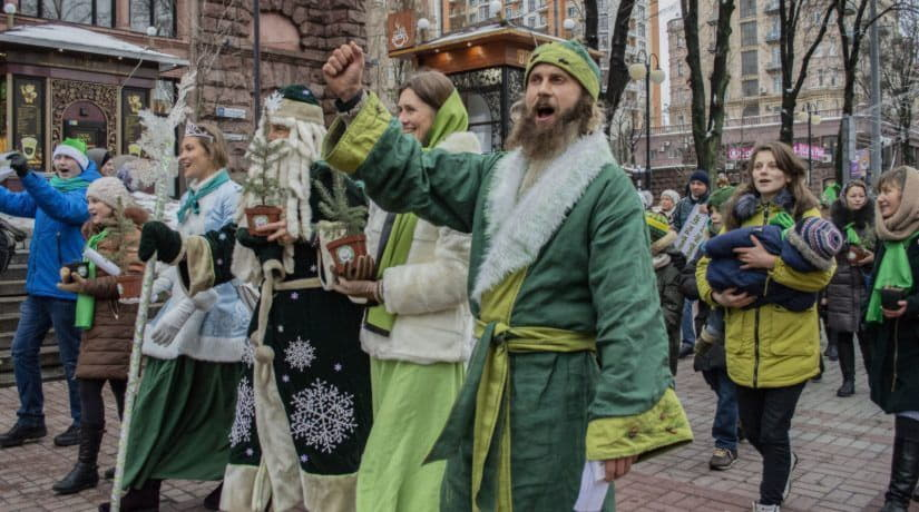 В центре Киева прошел парад Эко-Дедов Морозов и Снегурочек