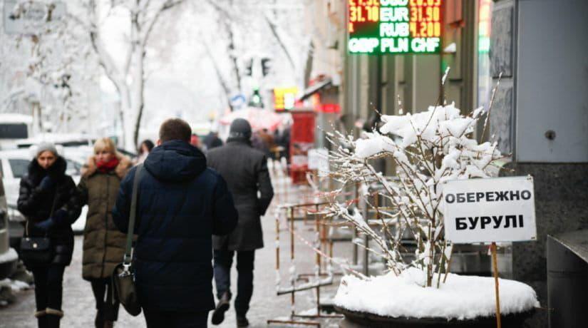Киевлян призывают быть осторожными в связи с падением сосулек с крыш