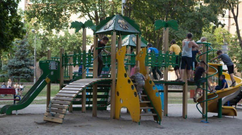 Кому жаловаться на травмы в детских зонах и на площадках