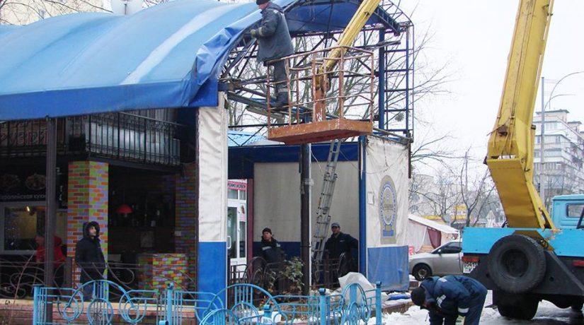На Лесном проспекте демонтировали незаконную двухэтажную пристройку возле кафе