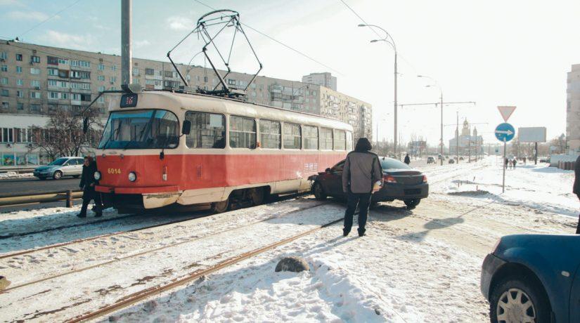 На Оболони легковой автомобиль врезался в трамвай с пассажирами