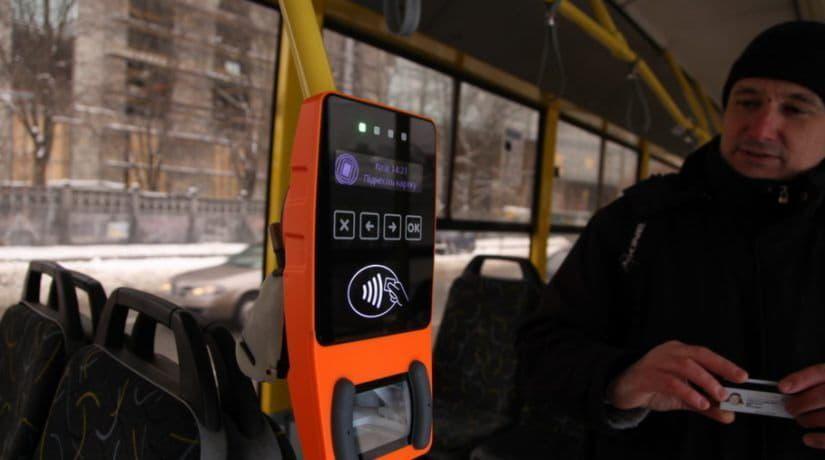 В наземном транспорте можно будет рассчитаться банковской картой или телефоном
