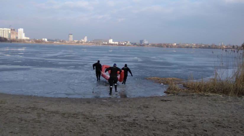 Бойцы ГСЧС спасли от гибели двух рыбаков