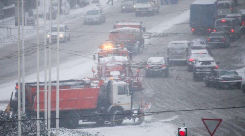 В Киеве с ночи обрабатывают дороги хлоридами и чистят снег