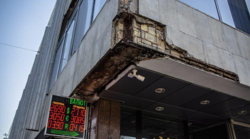 Фасад отеля «Киев» начал осыпаться на тротуар