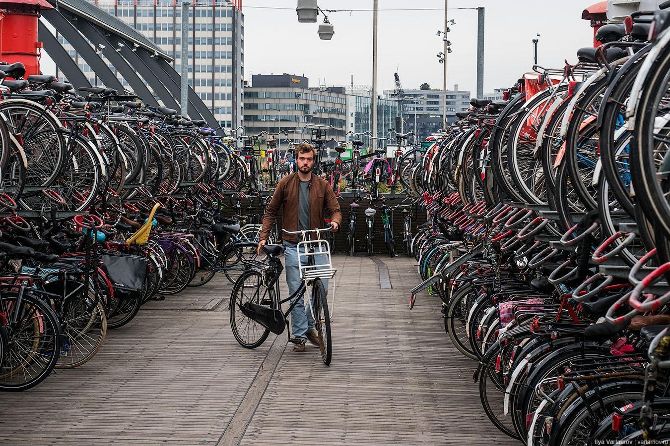 Типичный велопаркинг на вокзале в Голландии