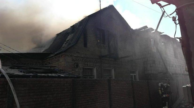 В Святошинском районе возник масштабный пожар в частном секторе