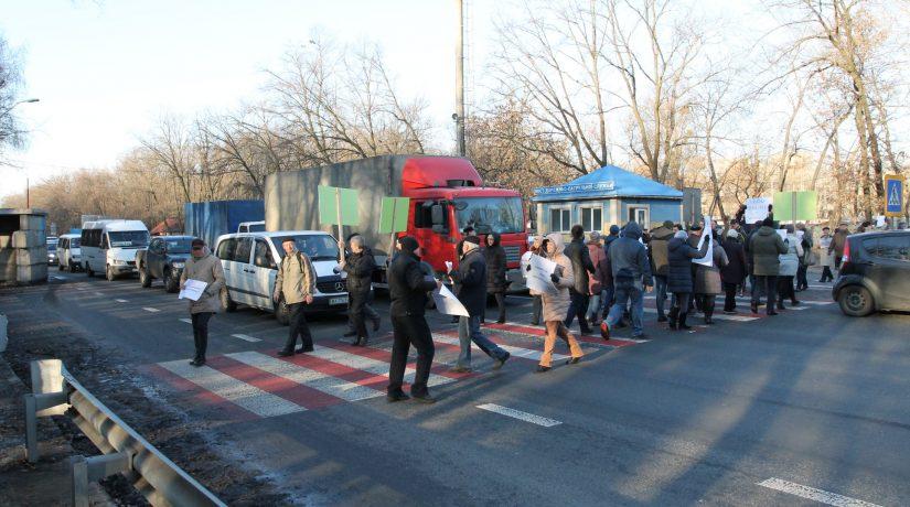 Киевляне из-за строительства канализации перекрывали Одесскую трассу