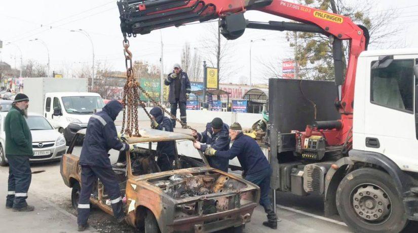 «Киевблагоустрий» начал убирать с улиц брошенные автомобили