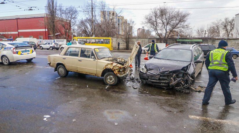 В Дарницком районе водитель Citroen сбил женщину с ребенком и въехал в «Жигули»