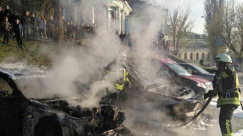 В центре Киева сожгли два автомобиля, бросив зажигательную смесь