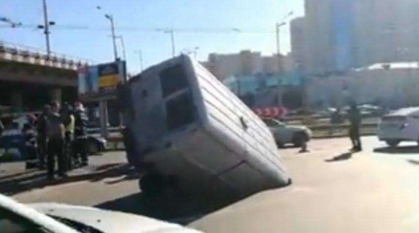 На Демеевской площади микроавтобус провалился в яму посреди дороги