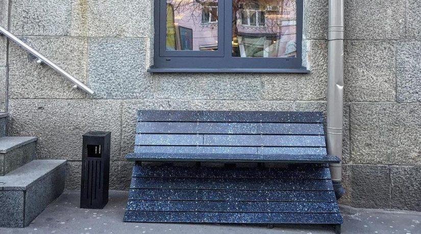 Сделанную из пластиковых крышек лавочку установили на улице Антоновича