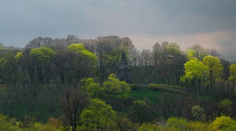Склоны Владимирской горки и парка «Крещатый» укрепили сваями и стенами