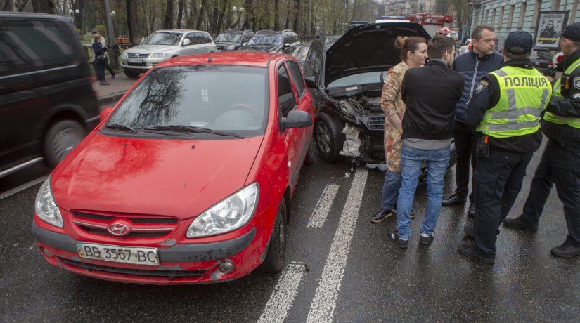 На улице Грушевского в аварию попали четыре автомобиля, есть пострадавшие