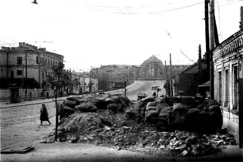 Остатки баррикады у железнодорожного вокзала. Фото немецкого военного фотографа Иоганнеса Хелле, служившего в 637-й роте пропаганды