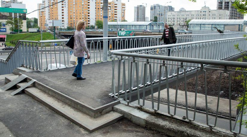 На пересечении улиц Борщаговской и Гетьмана отремонтировали пешеходный мост