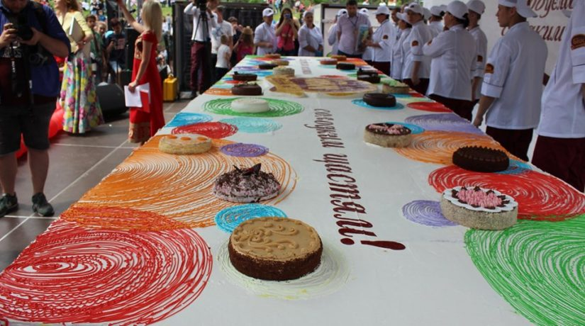 В Дарницком районе ко Дню Киева испекли торт-гигант