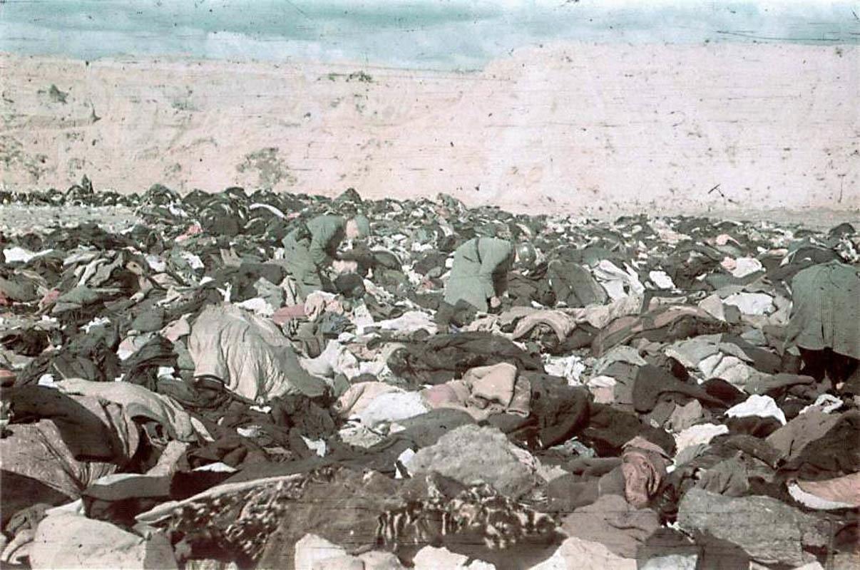 Немецкие солдаты разбирают вещи расстрелянных в Бабьем Яру евреев. Фото немецкого военного фотографа Иоганнеса Хелле, служившего в 637-й роте пропаганды
