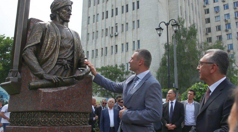 Имадеддин Насими, памятник